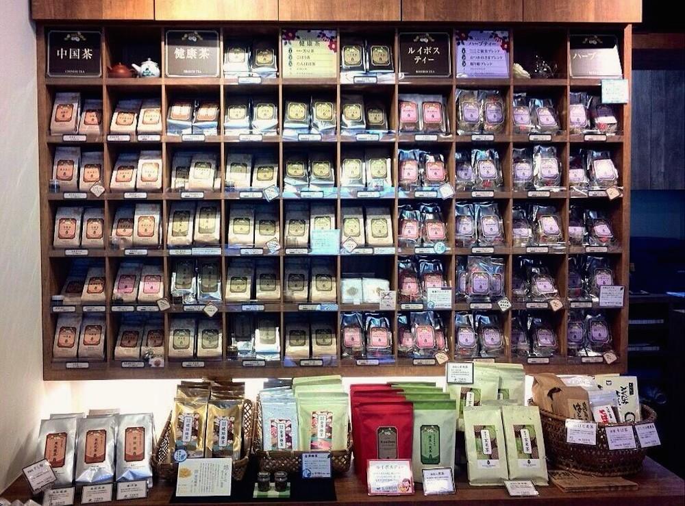 壁面棚は紅茶や健康茶、ハーブティ等がぎっしり並びます。