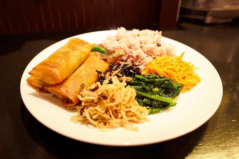 看板商品の肉々春巻定食です。惣菜はその日によって変わります。